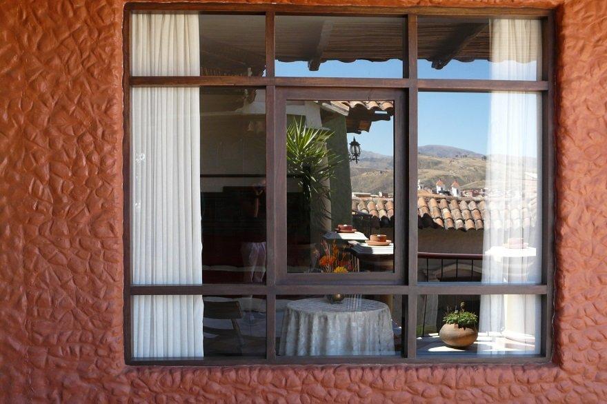 Bolivien Sucre Spiegelung im Fenster