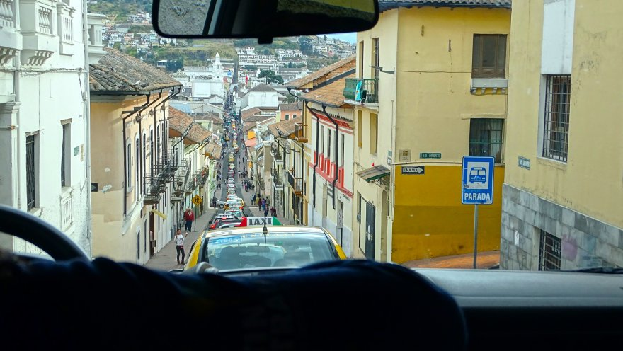 Ecuador Quito Gasse Straße Autofahrt