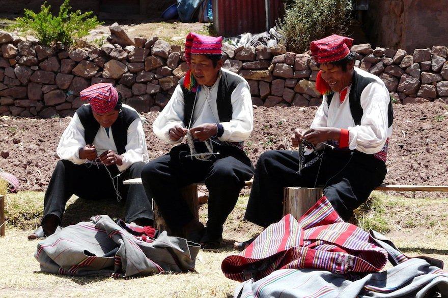 Strickende Männer Taquile Titicaca See Peru